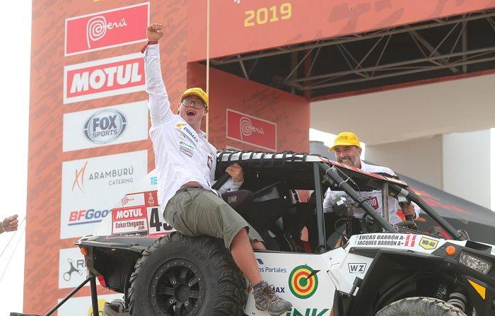 Una avería en el coche impidió seguir en carrera al peruano Lucas Barrón, el primer participante del Dakar con síndrome de Down, que ejerce de copiloto de su padre Jacques Barrón en un UTV (vehículo utilitario todoterreno). EFE/ Ernesto Arias