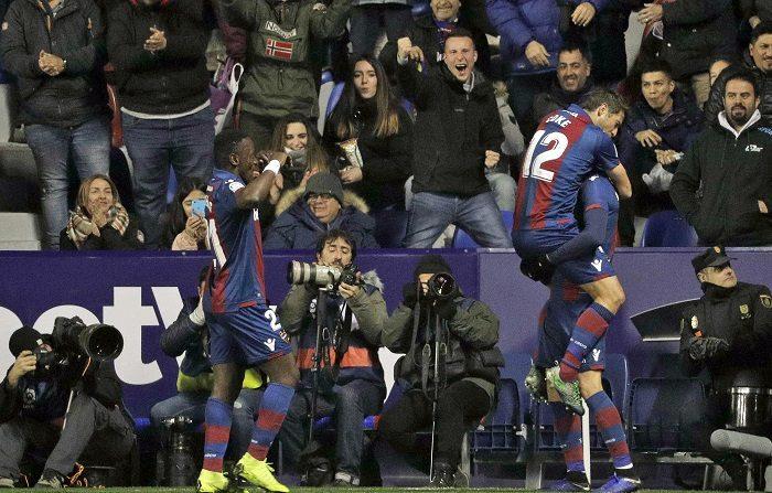 Los jugadores del Levante UD celebran el segundo gol de su equipo ante el FC Barcelona durante el partido de ida de octavos de final de la Copa del Rey disputado esta noche en el Estadio Ciutat de València. EFE/Manuel Bruque