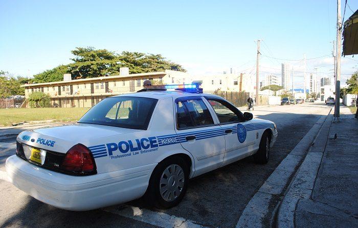 Policía de Miami busca a sujeto armado y peligroso que disparó a 3 personas