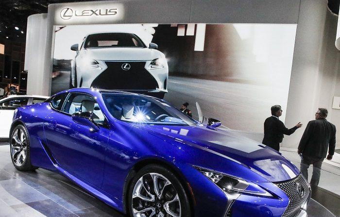 Vista del vehículo Lexus LC500 que es presentado a los medios durante el Salón Internacional del Automóvil de América del Norte 2018, el lunes 15 de enero de 2018, en Detroit, Michigan (EE.UU.). EFE/Tannen Maury