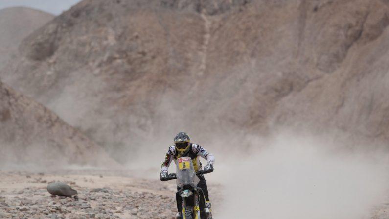 El motociclista chileno Pablo Quintanilla (Husqvarna) ganó hoy la sexta etapa del Dakar y se volvió a situar líder de la carrera, con 4 minutos y 38 segundos de ventaja sobre el estadounidense Ricky Brabec (Honda), al que le desbanca del primer lugar de la clasificación general. EFE