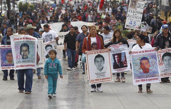 Un juez ordenó investigar la posible responsabilidad penal de funcionarios de la Procuraduría (Fiscalía) General de la República (PGR) de México por irregularidades en la investigación del caso Ayotzinapa en el que 43 estudiantes desaparecieron el 26 de septiembre de 2014, informaron hoy abogados de los padres. EFE/Sáshenka Gutiérrez