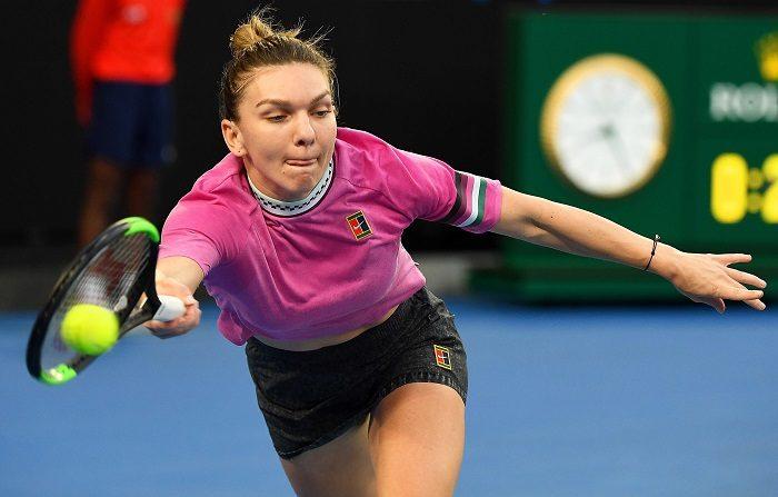 Simona Halep (1) se vengó de la estonia Kaia Kanepi, quien eliminó a la rumana en el anterior Abierto de EE.UU., y la doblegó en la primera ronda del Abierto de Australia por un reñido 6-7(2), 6-4 y 6-2 en dos horas y diez minutos. EFE/ Julian Smith