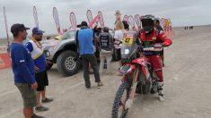 Sancionan al argentino Kevin Benavides por llevar notas ocultas en su moto