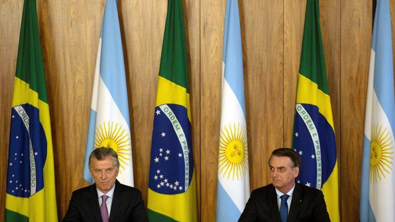 El presidente de Brasil, Jair Bolsonaro (d), y su homólogo argentino, Mauricio Macri (i), hablan en rueda de prensa tras la firma de actos, hoy en Brasilia (Brasil). (EFE)