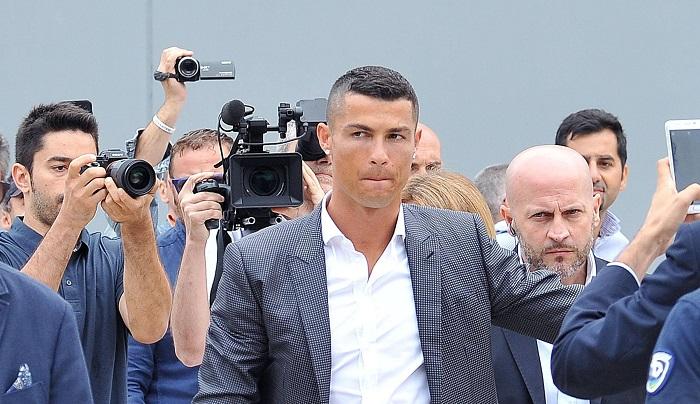 La Audiencia Provincial de Madrid juzga el próximo martes a los exfutbolistas del Real Madrid Cristiano Ronaldo y Xabi Alonso por presuntamente defraudar a Hacienda, en sendos juicios en los que la Fiscalía solicita dos y cinco años de cárcel, respectivamente, y el pago de multas millonarias. EFE
