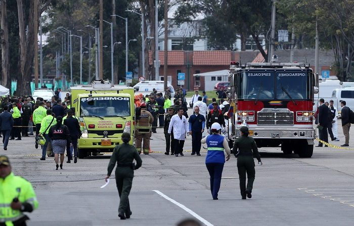Miembros de la Policía son vistos en la entrada de la Escuela General Santander luego de que un carro bomba causara una explosión este jueves en Bogotá (Colombia). EFE