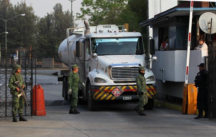 Elementos del Ejército mexicano y policías capitalinos, resguardan las instalaciones de distribución de combustibles en Ciudad de México (México). EFE/Mario Guzmán