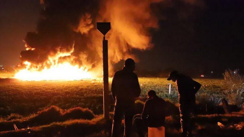 Al menos 66 personas han muerto este viernes al estallar una toma clandestina de gasolina de Petróleos Mexicanos (Pemex) en el estado de Hidalgo, informaron fuentes oficiales. (EFE)