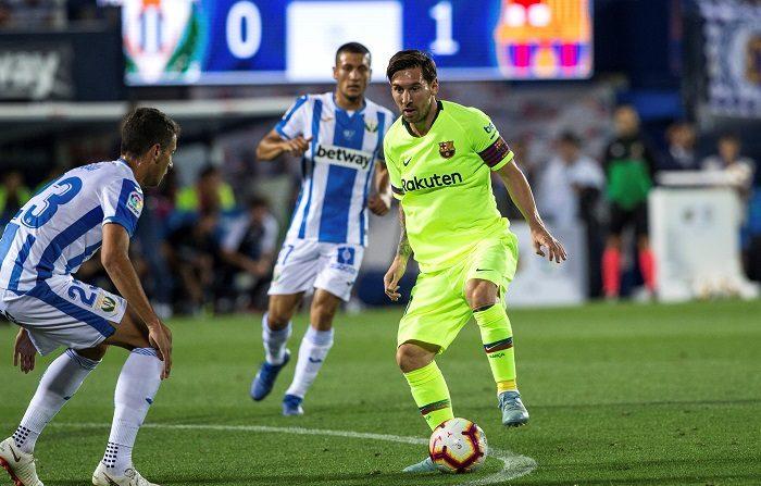 El delantero argentino del FC Barcelona, Lionel Messi (d) con el balón ante los jugadores del Leganés, durante el partido de la sexta jornada de Liga en el estadio de Butarque. EFE/Rodrigo Jimenez