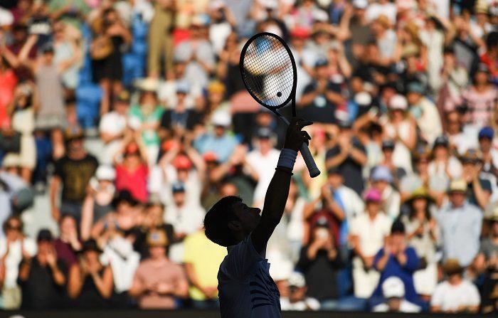 El tenista serbio Novak Djokovic celebra su victoria ante el canadiense Denis Shapovalove n Melbourne, Australia. EFE/EPA
