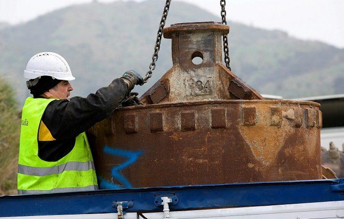 Un operario trabaja con elementos de perforación de tierra mientras continúan los trabajos para rescatar a Julen. EFE