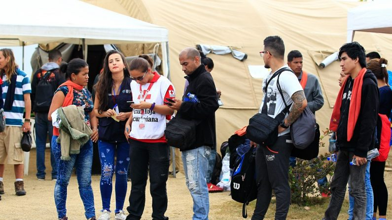 Ciudadanos venezolanos llegan a migración, en la zona fronteriza de Huaquillas, Ecuador. (EFE/JOSÉ JÁCOME)