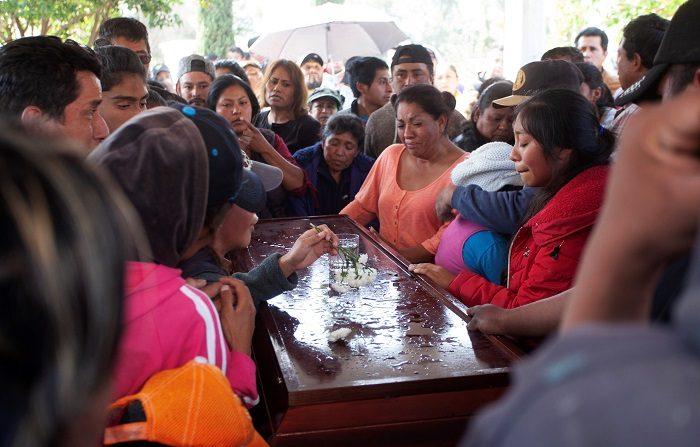 Pobladores de Tlahuililpan (México) participan en los cortejos fúnebres de algunas de las víctimas mortales de la explosión del ducto de Pemex. EFE/ MLA