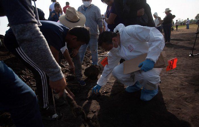 Pobladores de Tlahuililpan (México) participan junto con familiares en la búsqueda de restos de las personas fallecidas en el sitio de la explosión en una toma clandestina de hidrocarburo. EFE
