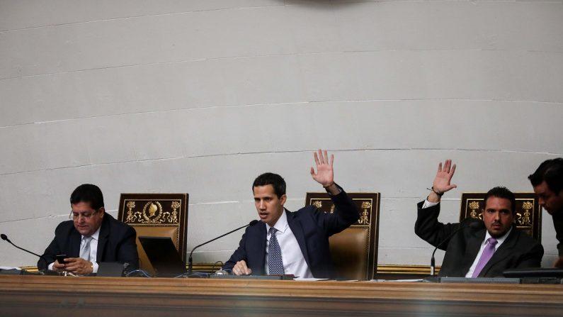 El presidente del Parlamento venezolano, el diputado Juan Guaidó (c), dirige una sesión de la Asamblea Nacional, junto al primer vicepresidente Edgar Zambrano (i) y el segundo vicepresidente Stalin González (d), en el Palacio Federal Legislativo, en Caracas,Venezuela. (EFE)