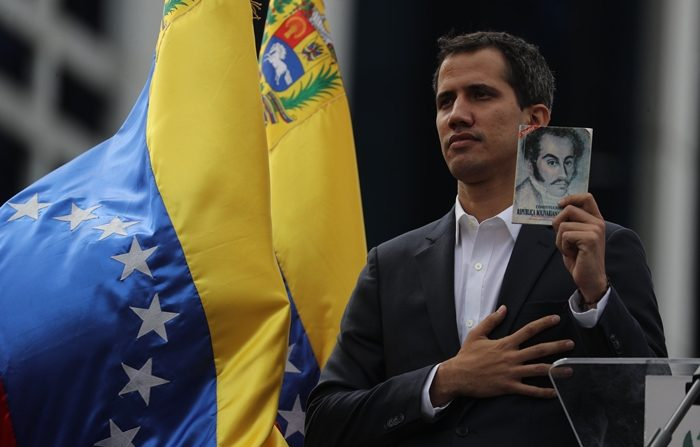 """El presidente del Parlamento venezolano, Juan Guaidó, anuncia que asume las competencias del Ejecutivo, este miércoles en Caracas (Venezuela). Guaidó hizo el anuncio en el marco de lo que llamó la lucha en contra de la """"usurpación"""" de la Presidencia por parte de Nicolás Maduro, al que considera """"ilegítimo"""". EFE/ Miguel Gutiérrez"""