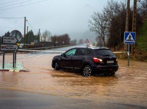 Uno de los accesos a la lN-611 cortado a la altura de Corrales de Buelna (Cantabria). Las fuertes lluvias caídas desde el martes en Cantabria han provocado, junto a la pleamar y el deshielo, la crecida de los ríos, que se han desbordado en zonas como Mazcuerras, Molledo y Ampuero, y han obligado a desalojar a vecinos y mantener a otros en sus casas por el peligro del agua. EFE