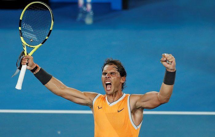 El tenista español Rafael Nadal celebra su victoria por 6-2, 6-4 y 6-0 en la semifinal masculina del Abierto de Australia que disputó este jueves contra el griego Stefanos Tsitsipas, en Melbourne, Australia. EFE