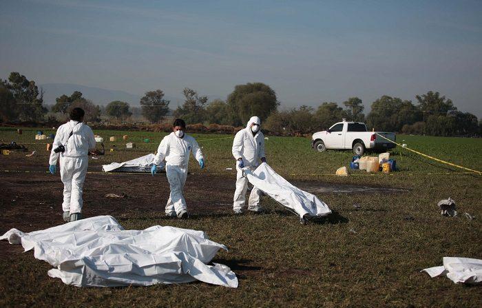La cifra de muertes debido a la explosión en una toma clandestina de hidrocarburo en Tlahuelilpan, en el estado mexicano de Hidalgo, pasó de 96 a 100 personas en las últimas horas. EFE/Jorge Dan López