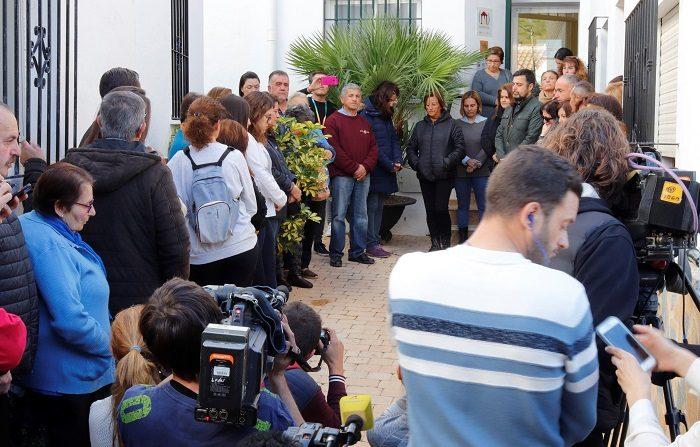 Vecinos de la localidad de Totalán guardan un minuto de silencio a las puertas del consistorio de la localidad tras el desenlace del rescate de Julen, el niño de 2 años que ha permanecido atrapado en un pozo desde el pasado 13 de enero hasta la pasada madrugada, cuando su cuerpo ha sido rescatado sin vida. EFE/Isabel Díaz