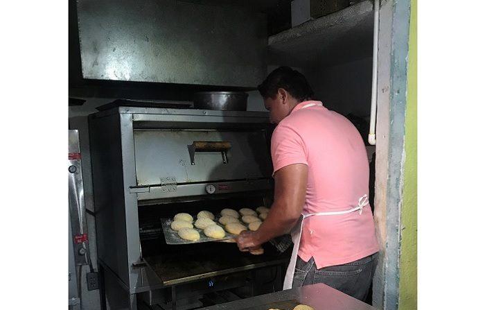 Pese a ser una de las ciudades mas violentas e inseguras de México, el balneario de Acapulco se ha convertido en los últimos meses también en un foco de ilusión para jóvenes con discapacidad auditiva que trabajan en la primera panadería inclusiva del puerto. EFE