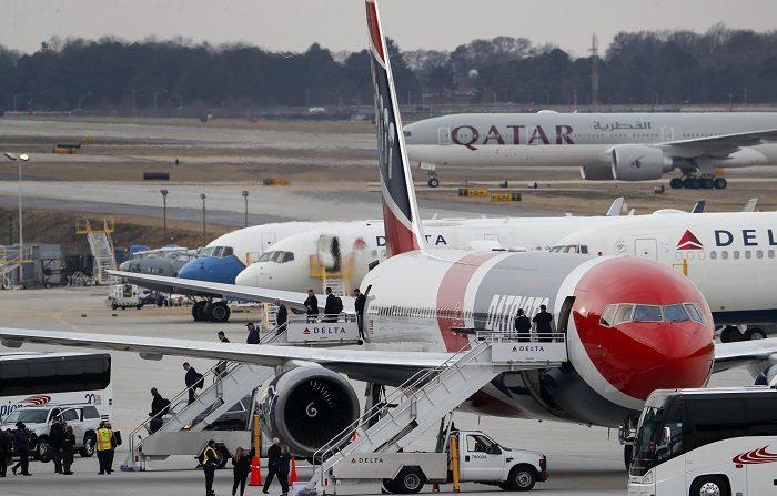 Los Campeones de la AFC New England Patriots desembarcan de su avión privado Boeing 767 después de aterrizar en el Aeropuerto Internacional Hartsfield-Jackson de Atlanta donde se disputará el Super Bowl LIII contra los Rams de Los Ángeles.  EFE/EPA/ERIK S. LESSER
