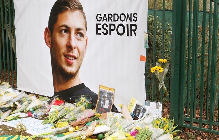 La familia del futbolista argentino del Cardiff City Emiliano Sala, desaparecido hace una semana, sobrevoló hoy el Canal de la Mancha, zona en la que se perdió la pista de la avioneta en la que viajaba el deportista el pasado 21 de enero. EFE
