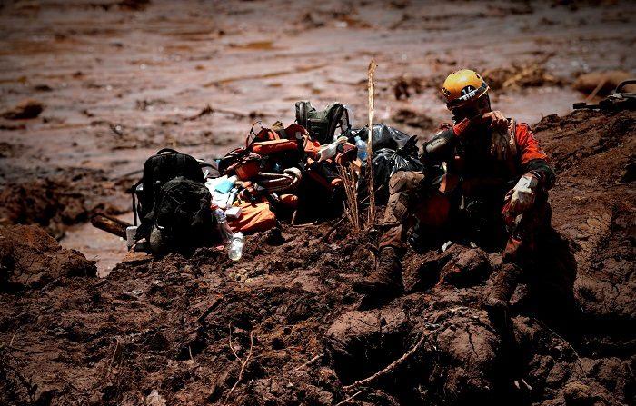 Un bombero participa en las labores de rescate de las víctimas de la ruptura de una presa minera, en Brumadinho (Brasil). EFE