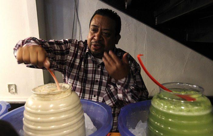 Una persona sirve un vaso de pulque este martes, en Ciudad de México (México). El pulque, la bebida prehispánica que era considerada un elixir de los dioses, tendrá un museo en el centro de la capital mexicana para honrar el valor cultural de este fermentado y la inclusión social que han tenido las pulquerías a lo largo de la historia de México.  EFE/Mario Guzmán