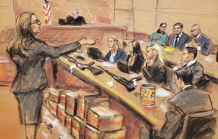 """Reproducción fotográfica de un dibujo realizado por la artista Jane Rosenberg donde aparece la asistente del Fiscal de Estados Unidos, Andrea Goldberg (i), junto a varias cajas con documentos y armas encima de la mesa hoy durante el juicio del narcotraficante Joaquín """"El Chapo"""" Guzmán en el tribunal del Distrito Sur en Brooklyn, Nueva York (EE.UU.). (EFE/Jane Rosenberg)"""