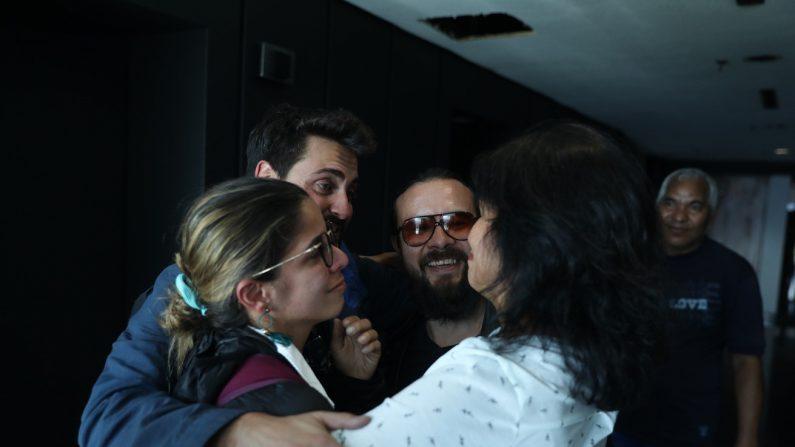 La delegada de la agencia Efe en Venezuela, Nélida Fernández (d), recibe a los periodistas de la agencia Efe Maurén Barriga (i), Gonzalo Domínguez (2-i), y Leonardo Muñoz (2-d), tras ser liberados este jueves en Caracas (Venezuela). EFE