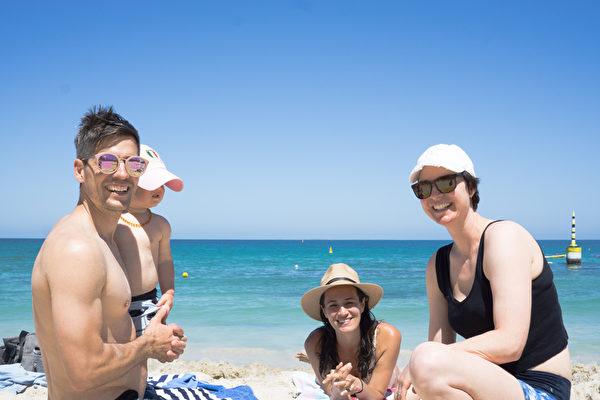 La familia Travers y Karen Dunscombe (primera a la derecha) en la playa de Cottesloe . (Foto de Wade Zhou)