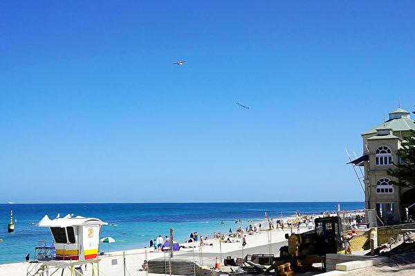 """Una avioneta que muestra la pancarta: """"SE VERDADERO, SE AMABLE, TOLERANTE -FALUN GONG"""", sobrevolando la playa Cottesloe. (Foto de Wade Zhou)"""