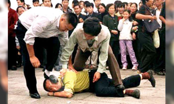 Foto de archivo muestra a policías del régimen comunista chino vestidos de civil sujetando violentamente a un inocente practicante de Falun Gong en la Plaza Tiananmen. (Cortesía de Minghui)