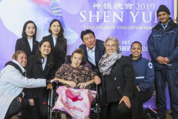 Su hermana soñó con ver a Shen Yun durante 10 años, y despierta durante la experiencia