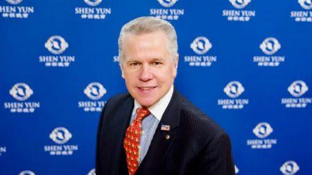 Cantante y compositor revitalizado por la brillantez de la música de Shen Yun