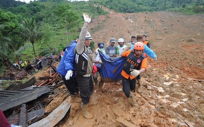 Varios miembros de los servicios de rescate retiran el cadáver de una víctima de un corrimiento de tierras en la localidad de Sirnaresmi, en Sukabumi (Indonesia) hoy, 1 de enero de 2019. Al menos 9 personas murieron y otras 38 se encuentran desaparecidas después de que un corrimiento de tierra sepultara más de una treintena de viviendas en el oeste de la isla de Java en Indonesia, informaron hoy las autoridades. EFE/ Str