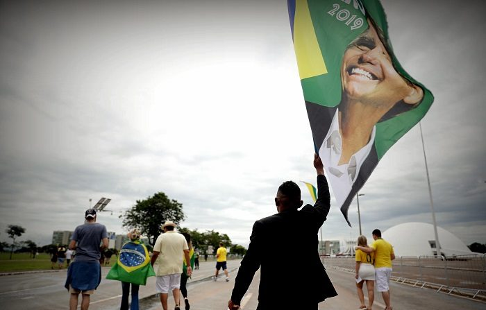 El ultraderechista Jair Bolsonaro asume hoy como nuevo presidente de Brasil con la confianza de un 65 % de los brasileños, que consideran que su Gobierno será excelente o bueno, según un sondeo divulgado este martes.En la foto,un grupo de personas llegando a la Esplanada de los Ministerios en la ciudad de Brasilia hoy, 1 de enero de 2019,para asistir a la toma de posesión de Bolsonaro. EFE/ /Fernando Bizerra Jr