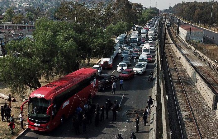 Miles de conductores permanecen varados hoy debido a un bloqueo en una importante carretera a las afueras de Ciudad de México que conecta con el estado de Puebla (México), después de que varias personas exigieran que se les vendiera gasolina en una de las estaciones cercanas. El Gobierno mexicano aseguro hoy que no se han cancelado importaciones ni se está impidiendo de manera deliberada la descarga de gasolina por vía marítima, sino que se está manteniendo la estrategia contra el robo de combustible. EFE/María de la Luz Ascencio