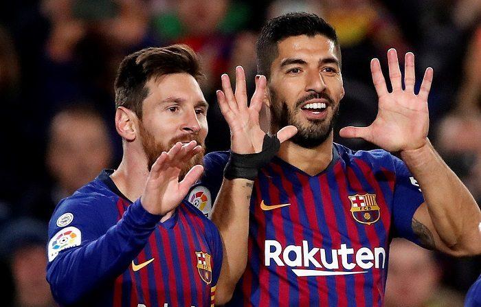 Los jugadores del FC Barcelona, el argentino Leo Messi (i) y el uruguayo Luis Suárez celebran el tercer gol del equipo blaugrana durante el encuentro correspondiente a la jornada 19 de primera división que disputan esta tarde frente al Eibar en el estadio del Camp Nou, en Barcelona. EFE/Alberto Estévez.