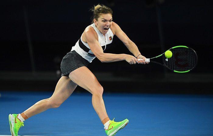 La tenista rumana Simona Halep devuelve la bola a la estadounidense Sofia Kenin durante su partido de segunda ronda del Abierto de Australia de tenis, en Melbourne, hoy, 17 de enero de 2019. EFE/ Julian Smith