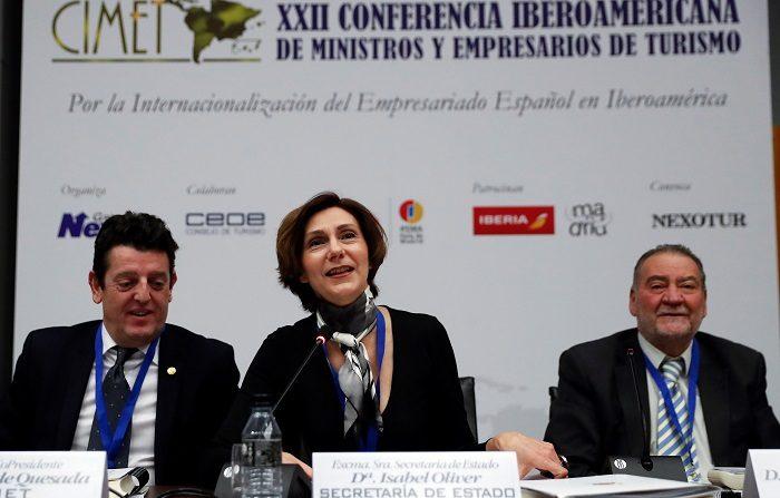 La secretaria de Estado de Turismo de España, Isabel Oliver (c), junto a los copresidentes de la CIMET, Eugenio de Quesada (i) y Carlos Ortiz (d), durante su participación en la Sesión de Oportunidades de Inversión en Iberoamérica enmarcada en la XXII Conferencia Iberoamericana de Ministros y Empresarios de Turismo (CIMET) que se celebra este martes en Madrid. EFE/Chema Moya