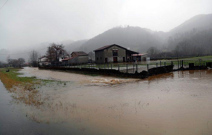 Inundaciones al desbordarse el río Nalón en Las Inmediaciones de Laviana(Asturias). Iberdrola ha evacuado por precaución a 91 trabajadores de la Central Térmica de Lada, (Langreo) debido a la crecida del río Nalón por las intensas lluvias registradas en Asturias, que ha provocado el hundimiento de una pasarela interna de la planta que cruza sobre el río. EFE / José Luis Cereijido