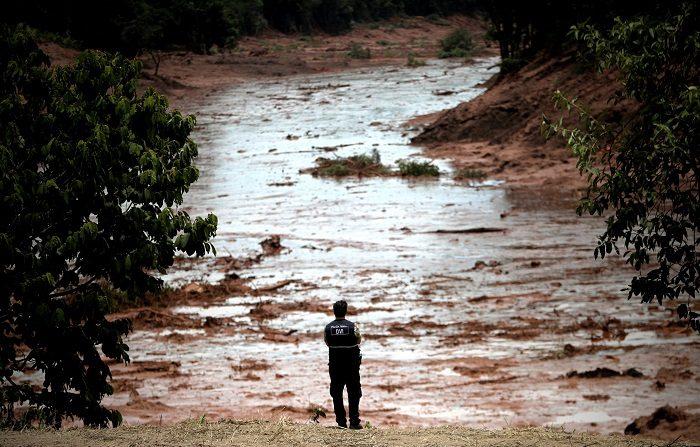 Bomberos trabajan durante las labores de búsqueda y rescate de las víctimas de la rotura de represa de la compañía Vale, en Brumadinho, municipio de Minas Gerais, Brasil. (EFE/Antonio Lacerda)