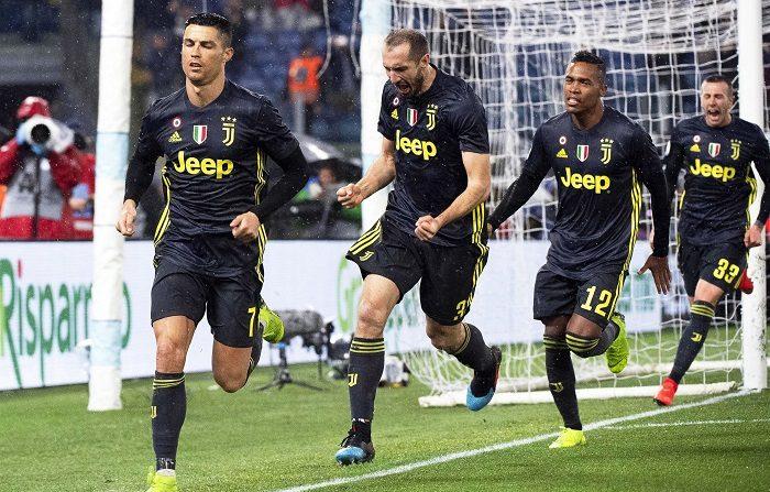 Cristiano Ronaldo (G), de la Juventus, célèbre avec ses coéquipiers Giorgio Chiellini (2-L), Alex Sandro (2-R) et Federico Bernardeschi (D) après avoir marqué l'avance 2-1 sur le penalty lors du match de Serie A entre la Juventus FC et SS Lazio à Rome, Italie, 27 janvier 2019. (Italie, Rome) EFE/EPA/CLAUDIO PERI