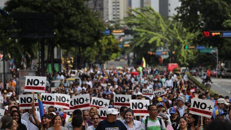 #30Enero: venezolanos salen a las calles en paz en busca de un cambio. (EFE/Miguel Gutiérrez)
