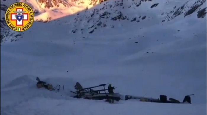 Imagen de video de EFE sobre el accidente entre un avión y un helicóptero en Alpes Italianos. EFE