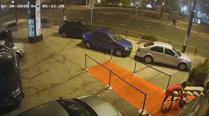 inuto en que una joven se viste una chaqueta y una bufanda cuando se retira apresurada de un club nocturno de Sarajevo el 30 de diciembre de 2018, antes de ser agredida por un sujeto (Captura de vídeo de cámaras de seguridad)