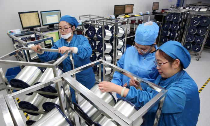 Personal trabajando en una fábrica que produce cable de fibra óptica en Nantong, en la provincia oriental de Jiangsu, China, el 27 de noviembre de 2018. (AFP/Getty Images)